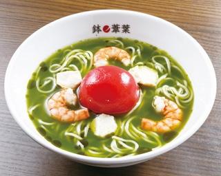 【写真を見る】スープや具材にさまざまな仕掛けをかけているとのこと。茶葉を使用した緑のスープには注目だ