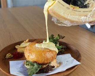 とろ~りチーズの絶品バーガーが食べられる、高架下のタイニーハウス