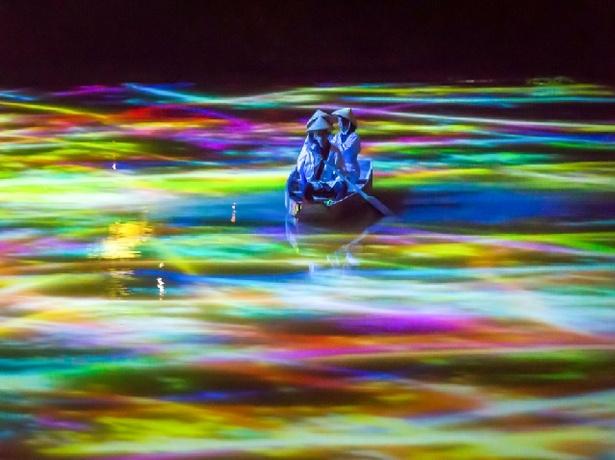 【写真を見る】「小舟と共に踊るコイによって描かれる水面のドローイング」御船山楽園の池の水面にプロジェクションしている