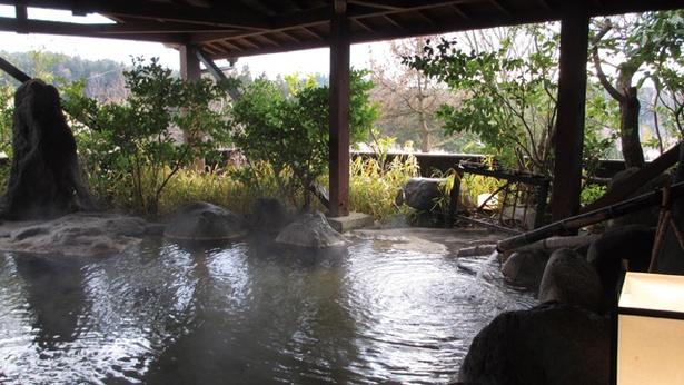 蔵迫温泉さくら オートキャンプ場 / 自然に溶け込む露天「松の湯」。岩造りの浴槽は趣がある