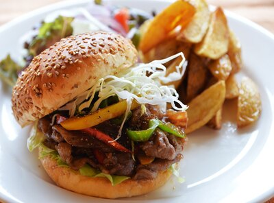 18年8月、但馬玄バラスライス肉を贅沢に挟んだ焼肉バーガー(1000円)が登場。但馬玄の脂身の旨味がしっかり堪能できる/SABOR