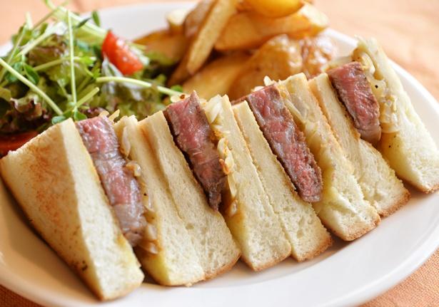 但馬玄を贅沢に使った但馬玄リブステーキサンドイッチ(3800円)。但馬玄リブステーキの旨味がダイレクトに楽しめる/SABOR