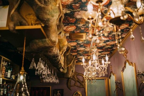 店内にも擬木がつたい、シャンデリアや花柄の壁紙をはじめ、宮殿をイメージしてゴージャスでかわいらしくしつらえられている