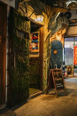 【写真を見る】お店の入り口のドアは苔をモチーフに。店内も苔や芝生をモチーフにしており、ちょっと変わったグリーン空間が広がる