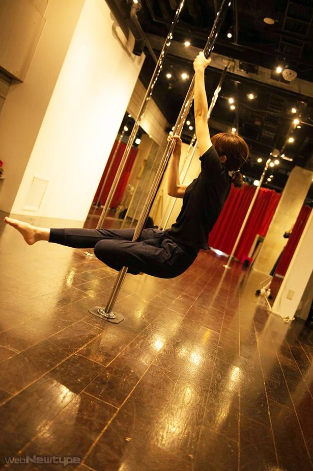 青木瑠璃子、ポールダンスで宙に舞う!