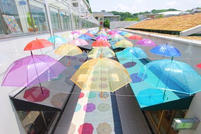 傘がずらりと並ぶアンブレラフラワーは、星が丘テラスの梅雨時期の風物詩に(写真は2017年時)