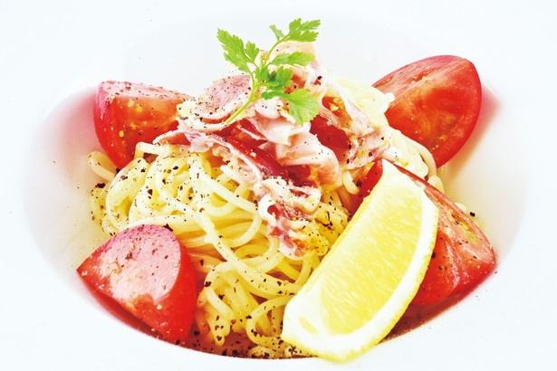 【写真を見る】「オード―カフェ」では、夏限定で「フルーツトマトとグアンチャーレのレモンパスタ」(1706円)を販売する。トマトの甘味とレモンの酸味が相性抜群だ
