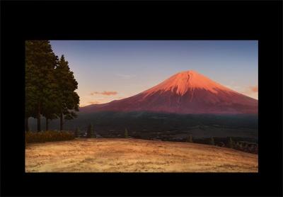 残りのメンバーも集まり、ぼちぼちと準備を始めていく。キャンプ初参加の恵那は、夕方の富士山を見て「あ、見て。赤富士!」と感動の声をもらす