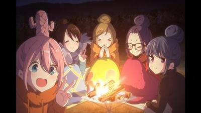 夜が更けていく中、たき火を囲んだり、全員がリンとおそろいの髪型にしたりと、キャンプを楽しんだ