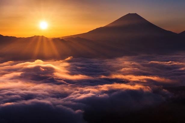 劇中では富士山に行くまでのルートも紹介。5合目は標高約2,500mとはいえ、郵便局や両替場、土産屋にレストランもあり、道の駅のようで意外にも過ごしやすい雰囲気