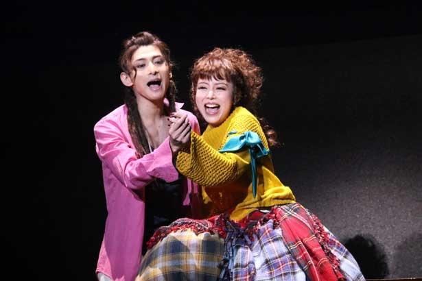 本作で帝国劇場初主演に抜擢された、モーツァルト役の古川雄大(写真左)と