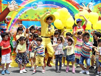 横山だいすけさんと子どもたちが「おさるのジョージ」のダンス