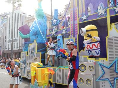 観覧客がびしょ濡れになった「ウォーター・サプライス・パレード」
