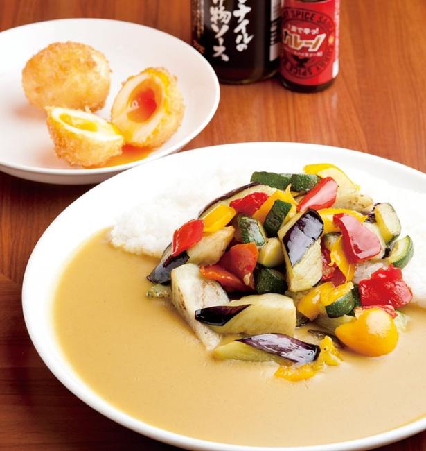 「ナイル 博多阪急店」の「彩り野菜カレー」(864円)、「つまんでご卵のタマゴカツ」(216円)。ルーは甘口、中辛、辛口のブレンドも可能