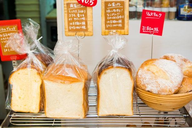 「リュスティック」(最右、194円~)は、島さんが修業を積んだ「パン・ド・コナ」時代からのスペシャリテ。オマージュの想いもあり、これだけは当時のレシピで作っている