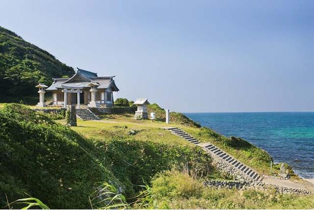 沖津宮遙拝所 / こちらも世界遺産の構成資産の一つ。海を隔ててはるか遠くに浮かぶ沖ノ島に向かって参拝を