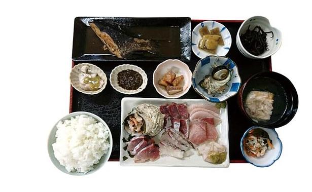 海宝丸 / 3皿から刺身がはみ出しそう!「刺身定食」(1500円)