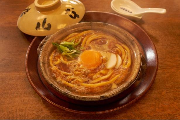 【写真を見る】味噌煮込うどん(1080円)。濃厚でまろやかな味噌のスープが口の中で広がる