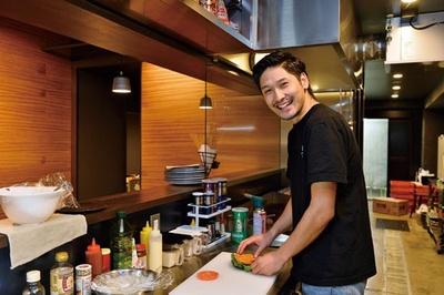 オーストラリア留学中にバーガーを食べ歩いたという店長の平栗龍太朗さん/CROSS Burger&Beer/Coffee