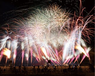 連続スターマインをはじめ、海面に映り込む花火に注目/第40回記念芦屋サマーカーニバル