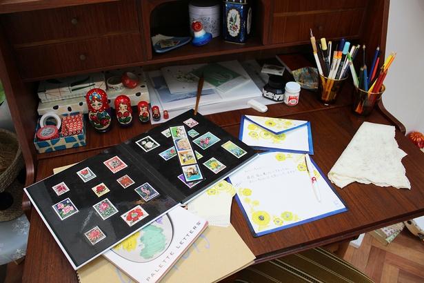 まる子らしいユニークな小物やおじいちゃんへの手紙も飾られている