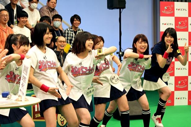 """メンバーはギャグのポーズで、鈴木拓との""""マッチング""""を狙う"""