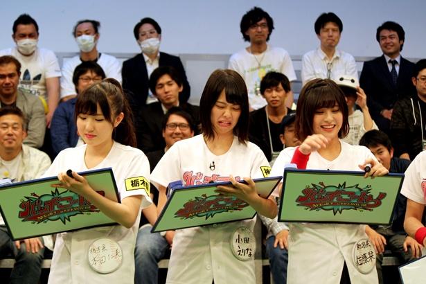 小田えりな(写真中央)らは、鈴木拓とのマッチングを目指して回答する