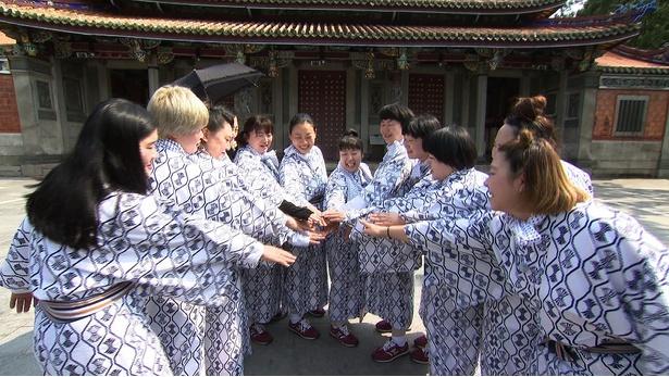 7月1日(日)「世界の果てまでイッテQ!」は温泉同好会SPを。円陣を組む女性芸人たち