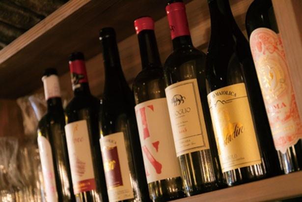 食事に合わせやすいイタリアワインを中心にラインナップ。ボトルは3000円から/IL LAGO