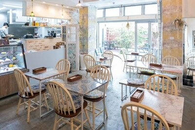シャビーシックにリノベート。2階にはショールーム兼ショップも/友安製作所 Cafe&Bar阿倍野