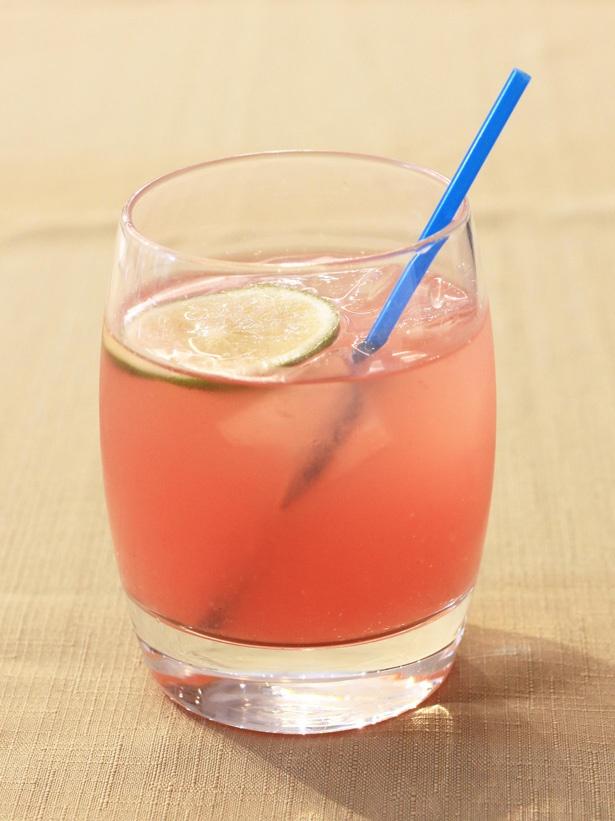 日本酒とスイカリキュール、スイカ果汁を合わせた「ジャポーネアングリア」(850円)