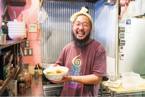 店主の梶原裕矢さん。「ラクサ麺大好き! 週6で食べてます!!」