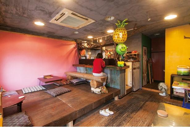 麻炭を天井や床に塗ったシックな店内。東南アジアのレストランのよう