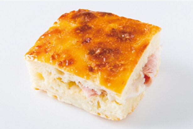 「マツパン」の「フォカッチャサンド」(180円)。チーズとカリフラワーのフォカッチャにゆで豚と自家製マヨネーズをサンド。食べ応えのある一品だ