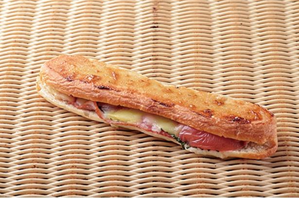 「Bakery mon」の「パニーニ」(280円)。大葉やトマトなどの野菜と一緒に、チーズをはさんでいる