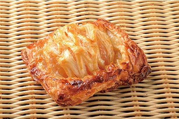 「Bakery mon」の「アップルパイ」(290円)。半分にカットしたリンゴがドン! シャキシャキした歯ざわりを楽しめる