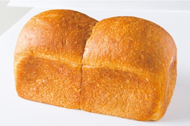 「マツパン」の「リッチ食パン」(1斤500円)。バターと小麦の香りをしっかりと感じられるふわふわ食パン。ハーフサイズは250円