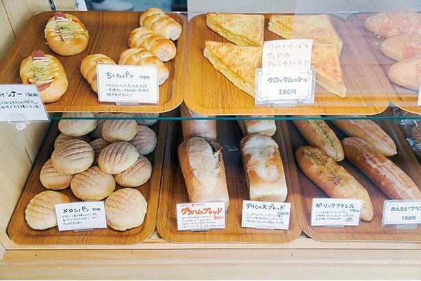 「パン工房 プチ ソレイユ」。小ぶりのメロンパンなど、ボンジュール譲りのパンは約10種類。100円前後の手ごろな価格もうれしい