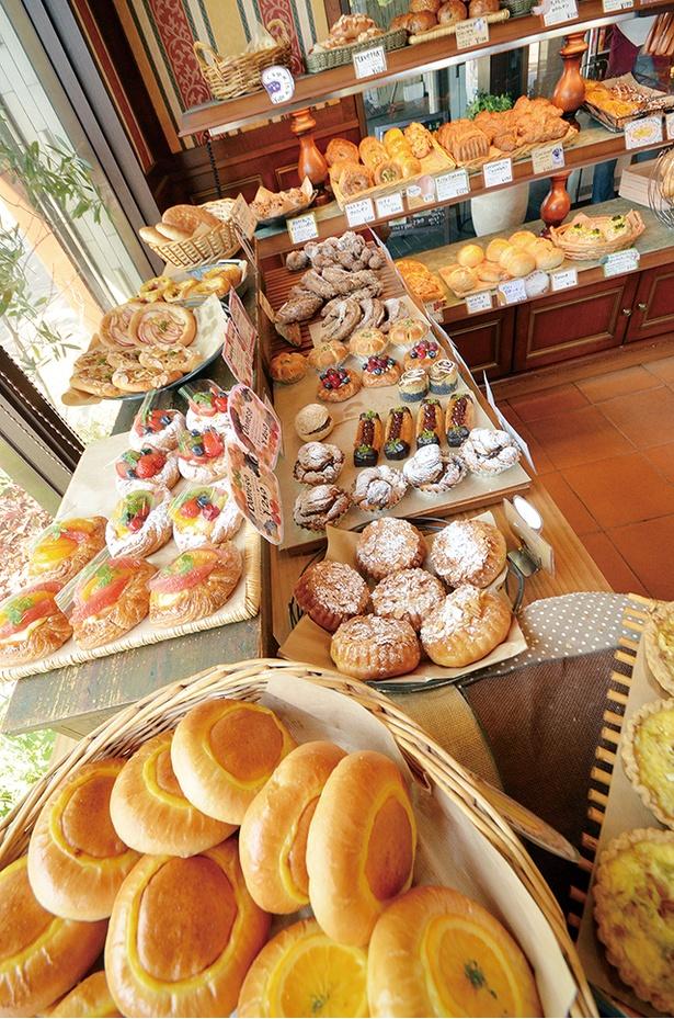「LA SPIGA」。イタリアパンを中心に彩り豊かなパンがそろう。サンドイッチが20種類と多いのでランチにおすすめ。イートインでその場で食べるのもいい