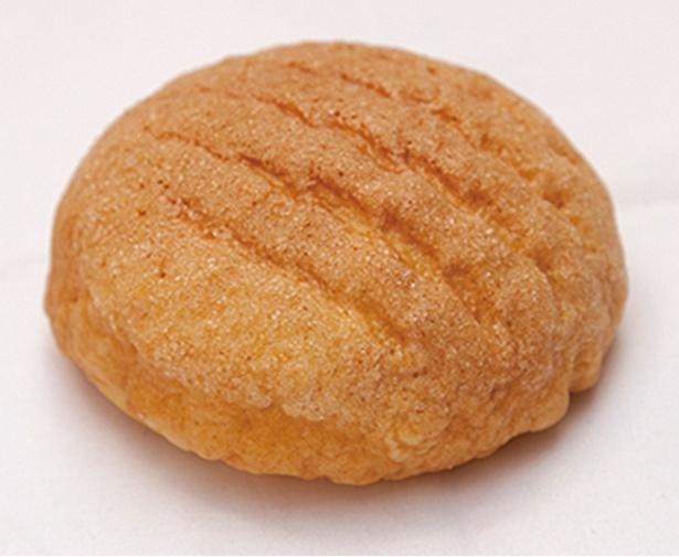 「パン工房 プチ ソレイユ」の「メロンパン」(90円)。生地にニンジンを練り込み色味と穏やかな甘さを演出した変り種メロンパン※価格は2018年6月現在のものです
