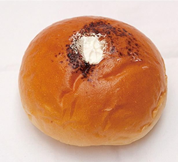 「パン工房 プチ ソレイユ」の「コーヒーあんぱん」(160円)。コーヒーを入れた餡とホイップクリームが入る。コーヒーにもお茶にも合う※価格は2018年6月現在のものです