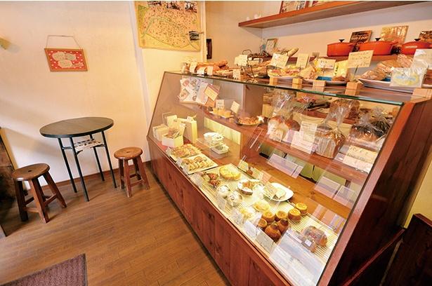 「アルティザン」は対面式販売の店。ショーケースから好みのパンを選びながら店の人との会話も楽しみたい