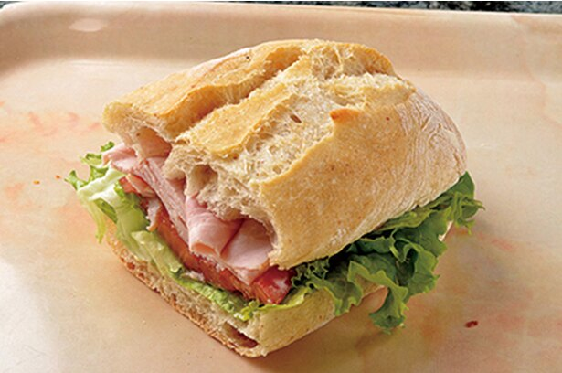 「LA SPIGA」の「ハム&トマト」(380円)。もっちりとしたパン生地に旨味のあるハムとトマトをサンド