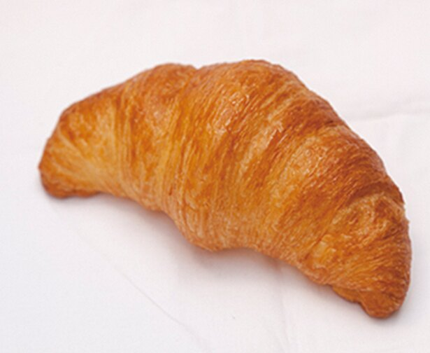 「パン工房 プチ ソレイユ」で人気の「クロワッサン」(170円)甘さは上にかけるシロップのみのあっさり味で、2、3個ペロリといけそう※価格は2018年6月現在のものです