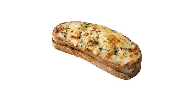「マツパン」の「チキンとキノコのライ麦サンド」(300円)。ライ麦パンが主役のサンド。使用するキノコやトマトなどは自家でセミドライに仕上げる