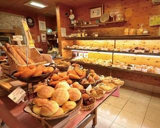「シモン」は自家製天然酵母のパンが自慢。9:00〜12:00がパンが多くそろう時間帯だ。第1日曜日はお客様感謝デーでパンが3割引とお得!