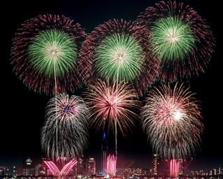 ビーチで体感!花火と音楽の饗宴「シーサイドももち花火ファンタジア」が今年も開催