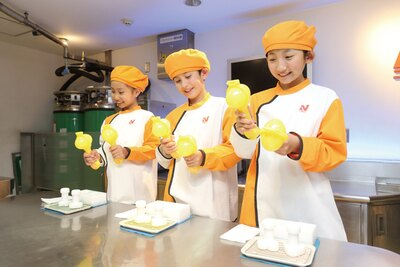 【写真を見る】冷凍食品ができるまでを体験。マイナス78.5℃の冷たさにびっくり/キッザニア甲子園