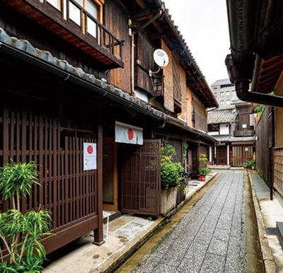 古い京町家のたたずまいが石畳と見事にマッチ/ROCCA&FRIENDS PAPIER KYOTO