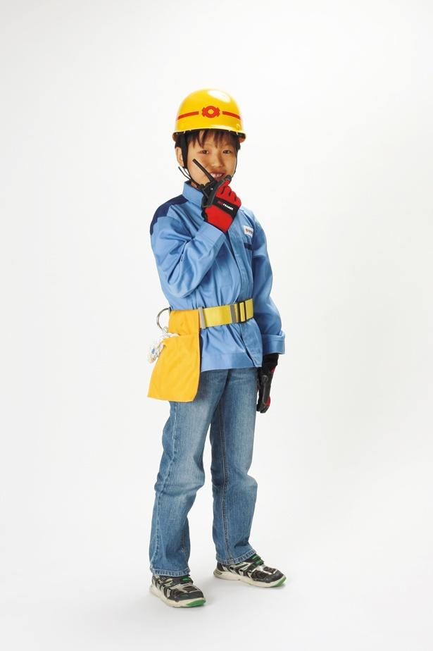 ブルーの作業着と安全のためのヘルメットを装着/キッザニア甲子園